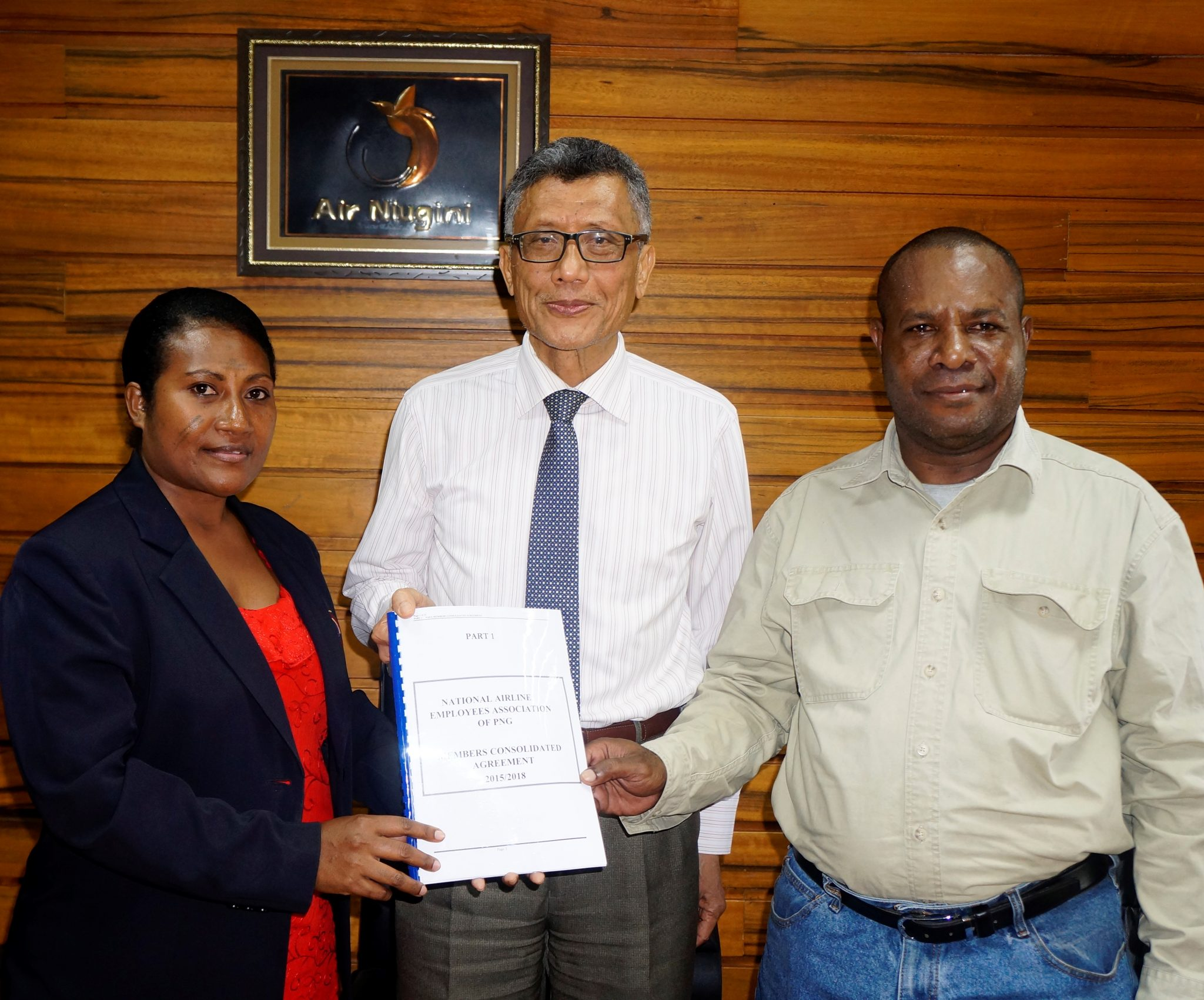 Air Niugini and National Airline Employees Association (NAEA) sign a new Award
