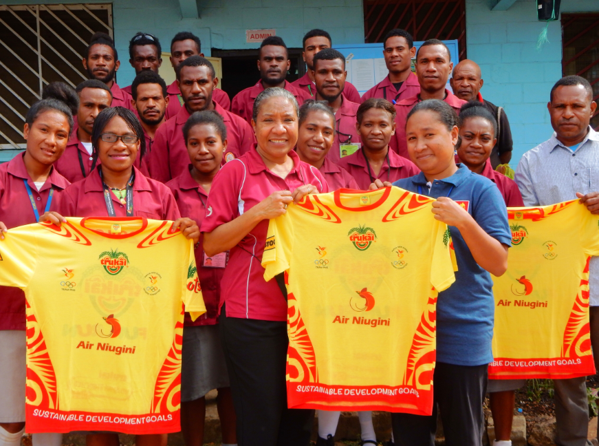 Air Niugini presents Fun Run T-shirts to schools in NCD